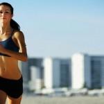 Mujer corriendo por la playa