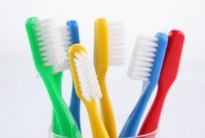 Cuidado con los cepillos de dientes duros